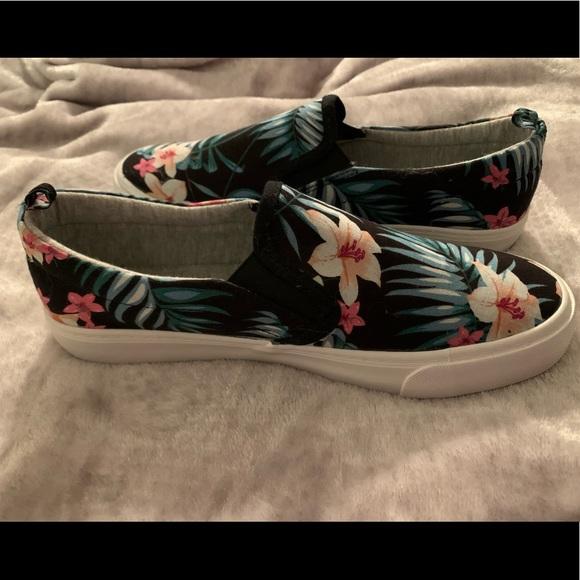 Floral Sneakers 🌸
